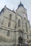 Svarta kyrkan (Biserica Neagra) från den fyrkantiga Piata Sfatului center stad gammala romania för brasov Royaltyfri Bild