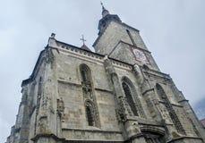 Svarta kyrkan (Biserica Neagra) från den fyrkantiga Piata Sfatului center stad gammala romania för brasov Arkivfoton
