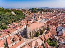 Svarta kyrkan i Brasov, Rumänien, flyg- sikt Arkivfoton