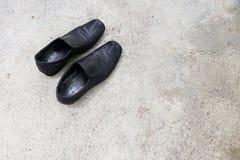 Svarta lädermäns skor Arkivbilder