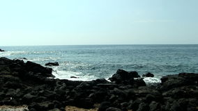 Svarta Lava Rocks Beach With Ocean vinkar Kona Hawaii stock video