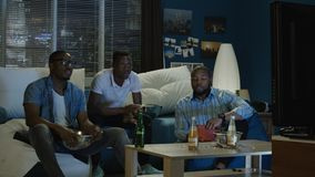 Svarta män som håller ögonen på sportar och gör vad lager videofilmer