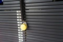 Svarta metalliska eller för järn tunga plattor som staplas för sport, övning, viktmaskin med kg och pundnummer i konditionidrotts Royaltyfri Fotografi
