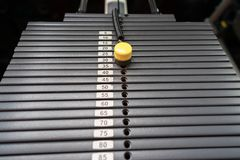 Svarta metalliska eller för järn tunga plattor som staplas för sport, övning, viktmaskin med kg och pundnummer i konditionidrotts Fotografering för Bildbyråer