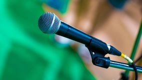 Svarta Mic Microphone With Stand royaltyfria bilder