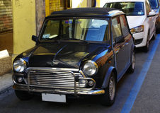 Svarta Mini Cooper med det infällbara taket Royaltyfria Bilder
