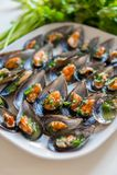 Svarta musslor med vitlök och persilja Royaltyfri Bild