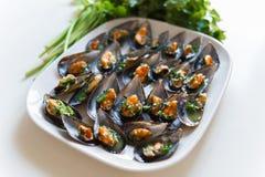 Svarta musslor med vitlök och persilja Royaltyfria Foton
