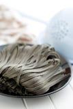 Svarta nudlar med tioarmad bläckfisksepiafärgpulver Arkivbild