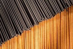 Svarta och bruna spagettipinnar tillsammans Royaltyfria Foton