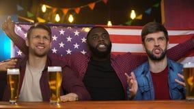 Svarta och caucasian vänner som är olyckliga med den förlorande matchen för amerikanskt lag, tid i bar lager videofilmer