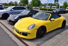 Svarta och gula Porsche 911 Carrera 4 GTS Royaltyfri Foto