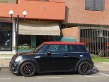 Svarta och röda Mini Cooper i San Isidro, Lima Royaltyfri Fotografi