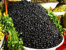 Svarta oliv som är till salu på en marockanska Souk arkivbilder