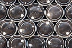 Svarta olje- trummor, industriell bakgrund Arkivfoton