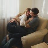 svarta par för bakgrund som kramar manromantikerkvinnan Royaltyfria Bilder