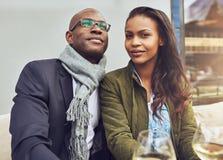 Svarta par som tycker om liv royaltyfria bilder