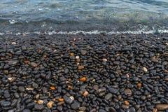 Svarta Pebble Beach i den Chios ön Grekland arkivbilder