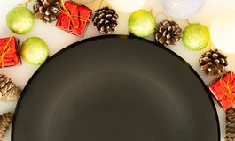 Svarta plattor och tappningbestick med julpynt fotografering för bildbyråer