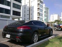 Svarta Porsche Panamera 4S som parkeras i Lima Royaltyfria Bilder