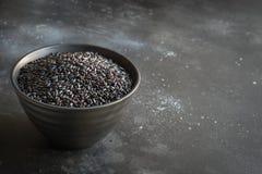 Svarta ris i bunke på svart bakgrund kopiera avstånd royaltyfria foton