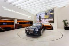 Svarta Rolls Royce i utställningen Arkivbild