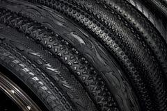 Svarta rubber gummihjul av mountainbiken för utomhus- av-väg cyclin Royaltyfri Bild
