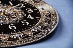 Svarta runda handgjorda klockor Arkivfoton
