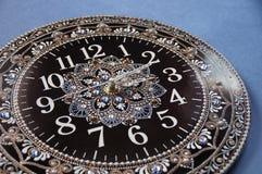 Svarta runda handgjorda klockor Fotografering för Bildbyråer
