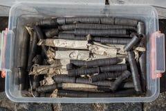 Svarta runda magneter i ett plast- fall arkivfoto