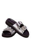 Svarta sandaler för kvinnlig med stenar och kristaller, handväska, räkning för ett pass, affärskort, på en isolerad vit Royaltyfria Foton