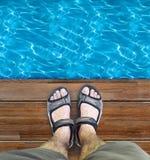Svarta sandaler på trä Royaltyfria Bilder