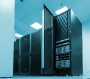 Svarta serveror och maskinvaror i internetdatorhall Royaltyfria Bilder