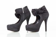 Svarta skor för hög häl för mockaskinn Arkivfoton
