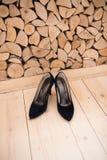Svarta skor för hög häl för mockaskinn Skor för klassiker för kvinna` s Fotografering för Bildbyråer