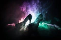 Svarta skor för kvinnor för hög häl för mockaskinn på mörker tonade dimmig bakgrund close upp Kvinnor driver eller kvinnadominans Arkivfoton