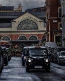 Svarta taxiar i centrala London, Förenade kungariket royaltyfria foton