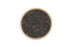 Svarta teblad i en träbunke Royaltyfria Bilder