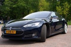 Svarta Tesla motorer modellerar S - främre sikt royaltyfri fotografi