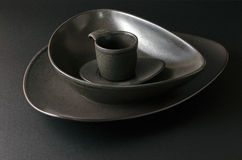 Svarta tomma plattor med kaffekoppen, plattainställning Royaltyfria Foton