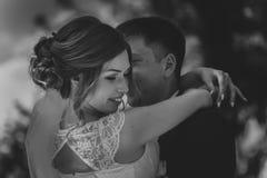 Svarta vita fotopar ansar och bruden på bakgrundssidorna Royaltyfria Bilder