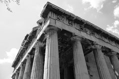 Svarta & vita grekiska kolonner Arkivfoto