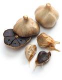 Svarta vitlökkulor och kryddnejlikor Arkivbild