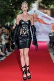 svartabörshaj 2012 för sommar för auramodeshowfjäder vu Royaltyfri Bild