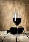 Svarten buteljerar av wine och wneglass royaltyfria foton