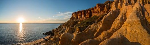Svarten vaggar stranden under solnedgången, Melbourne, Australien bridge sikten york för horisont för panoramat för den brooklyn  Fotografering för Bildbyråer