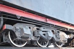 Svarthjul av en gammal USSR-lokomotiv Tappninghjul av en gammal sovjetisk fraktrailca royaltyfri fotografi