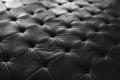 Svartlädersoffa, modellyttersidatextur Närbild av inre material för designgarneringbakgrund royaltyfri foto