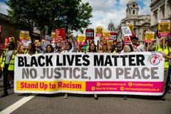 Svartliv betyder/står upp rasismprotestmars Arkivfoto