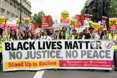 Svartliv betyder/står upp rasismprotestmars Royaltyfria Foton